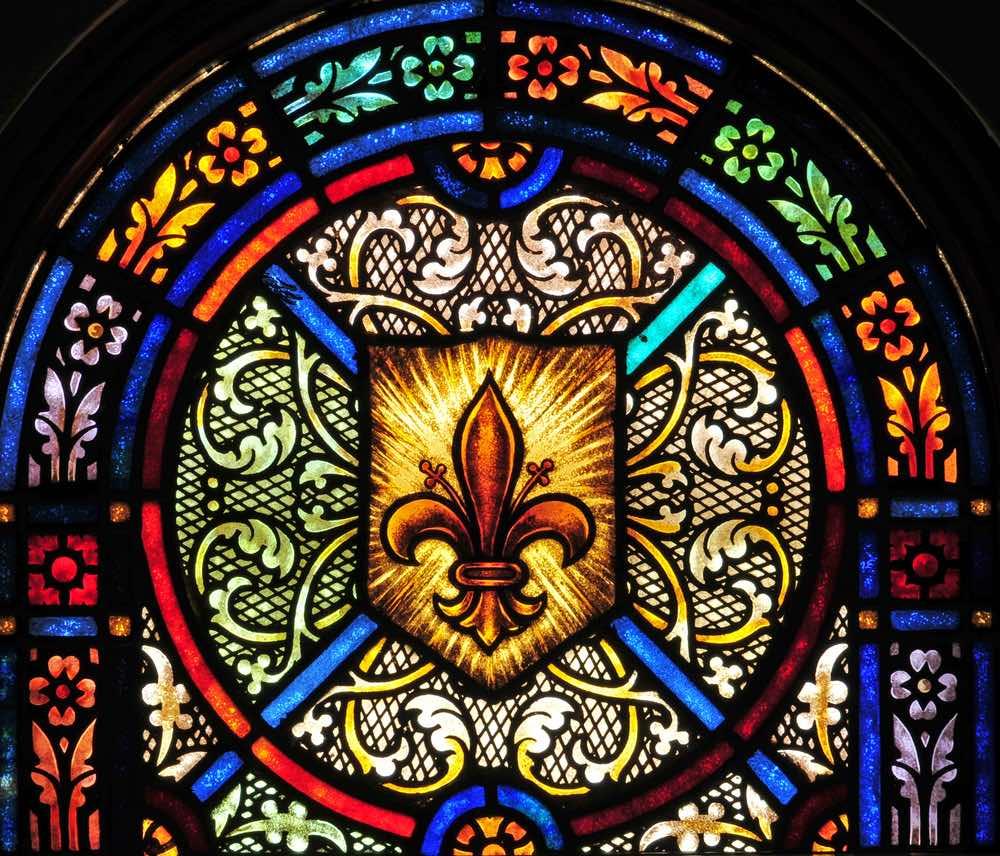 Il simbolo del giglio su una vetrata di una chiesa