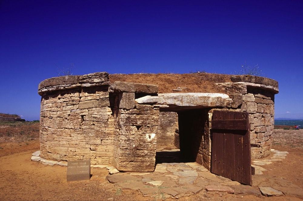 Tomba etrusca nel Parco Archelogico di Baratti e Populonia