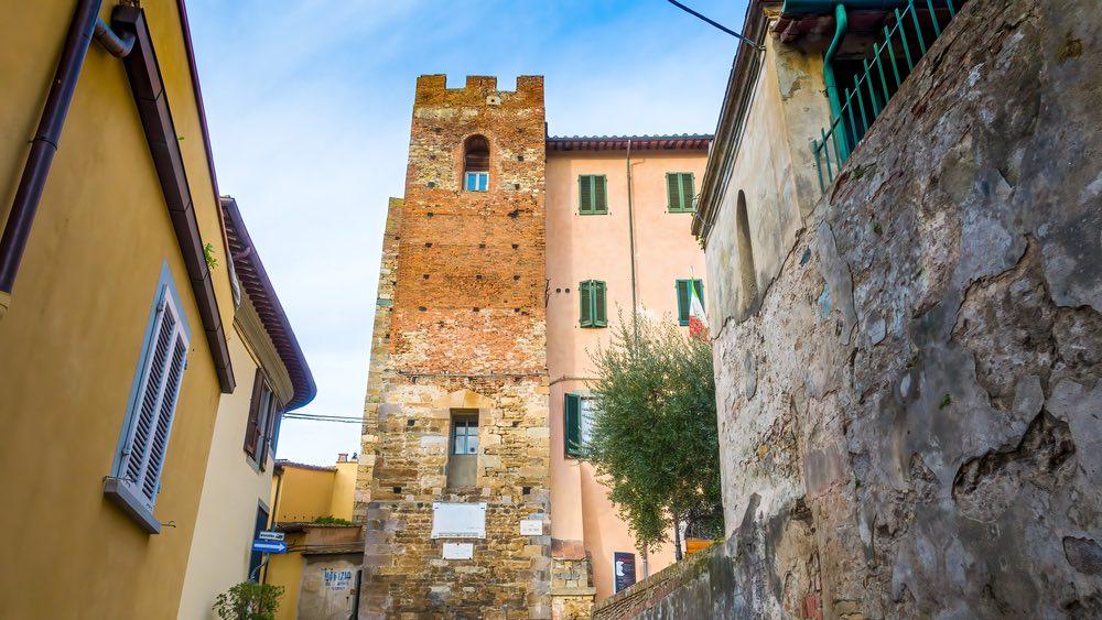 Casa torre nei vicoli del borgo fortificato di Vicopisano