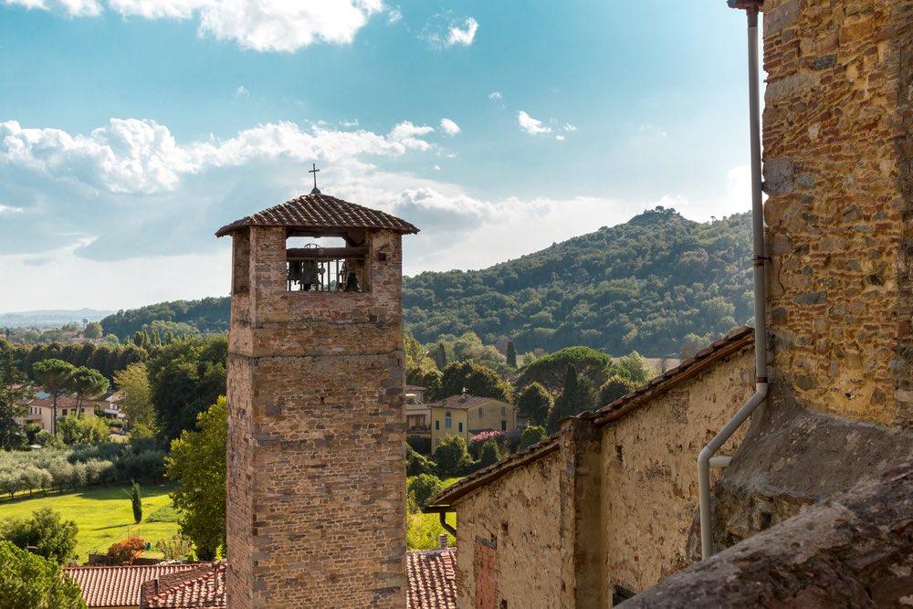 La torre campanaria di Vicopisano e le colline della campagna pisana