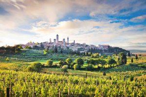 Il borgo di San Gimignano circondato dalle vigne