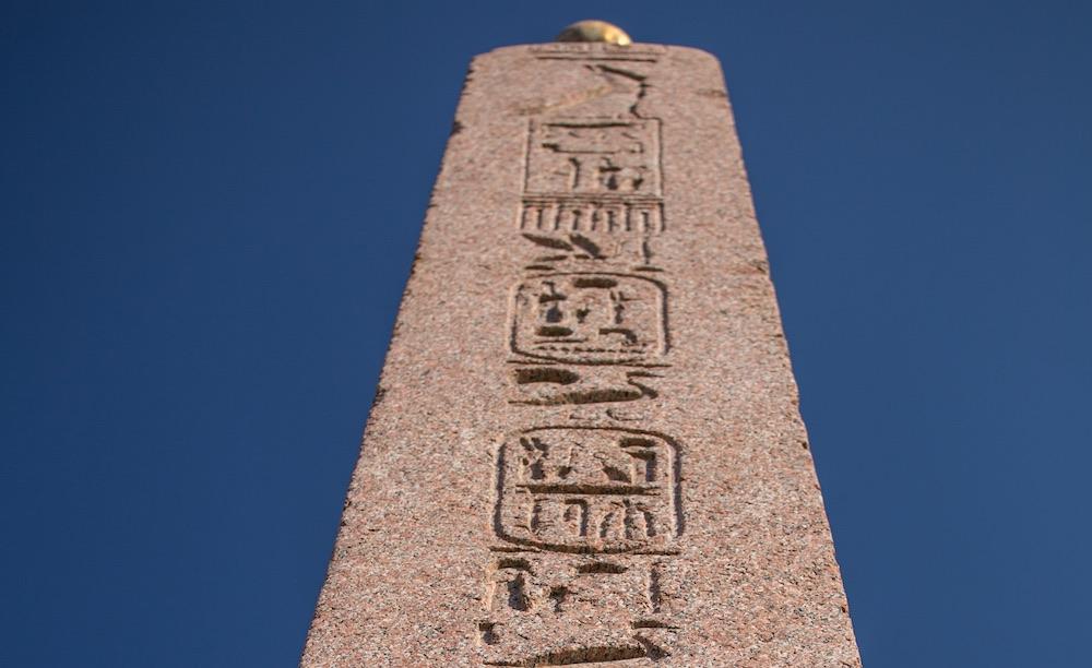 Particolare dei geroglifici incisi sull'obelisco egizio nel Giardino di Boboli a Firenze