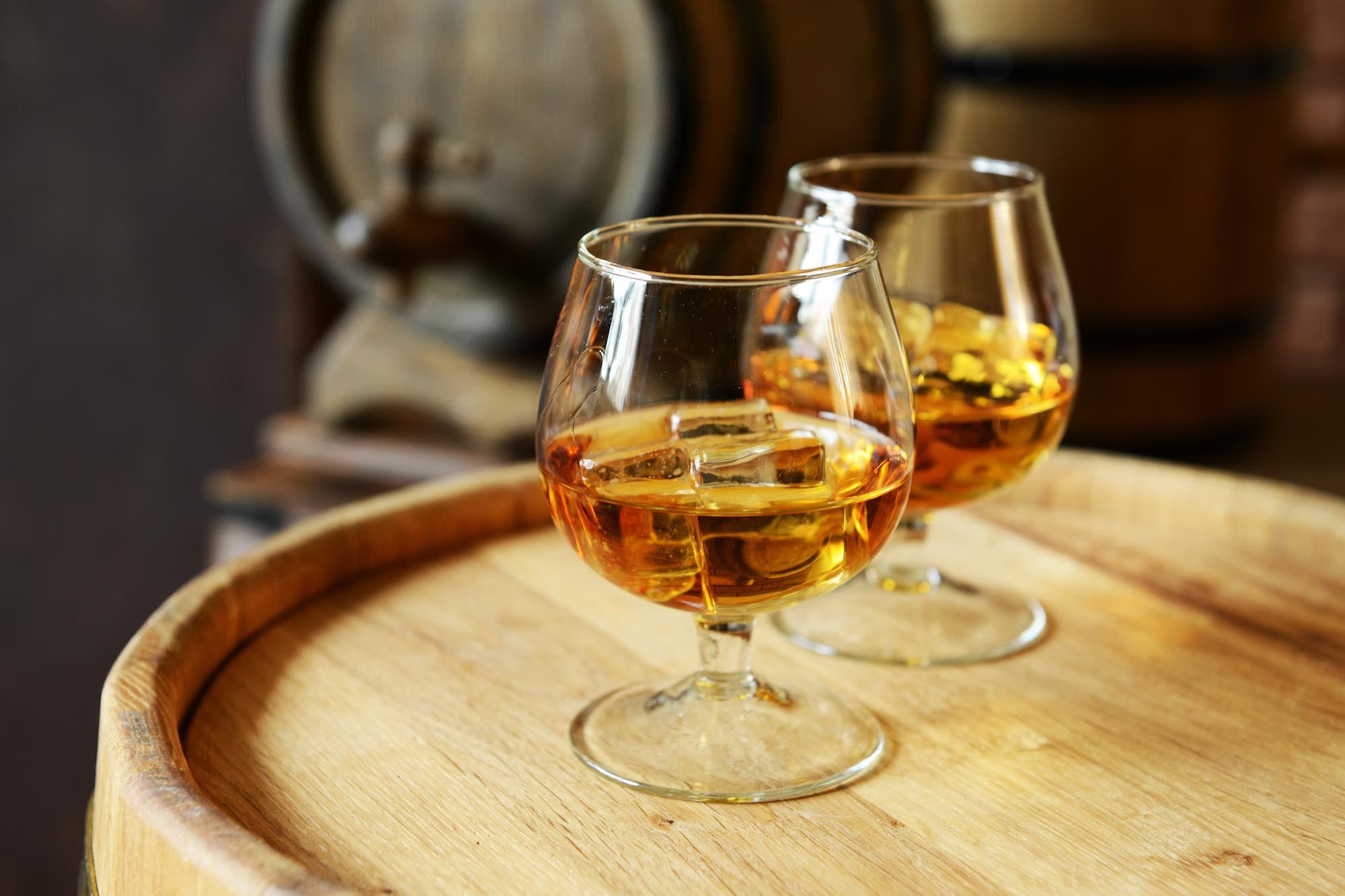 Bicchieri di brandy toscano su una botte di legno