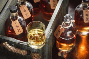Bottiglie di distillati della Toscana in una scatola di legno