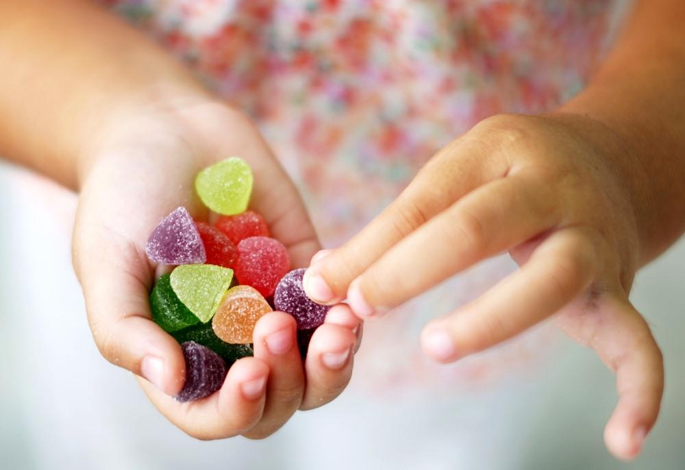 Gelatine di frutta nelle mani di un bambino