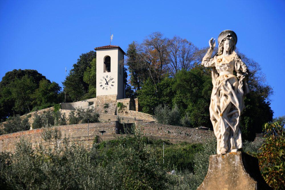 Bastione della villa di Carmignano e statua neoclassica in primo piano
