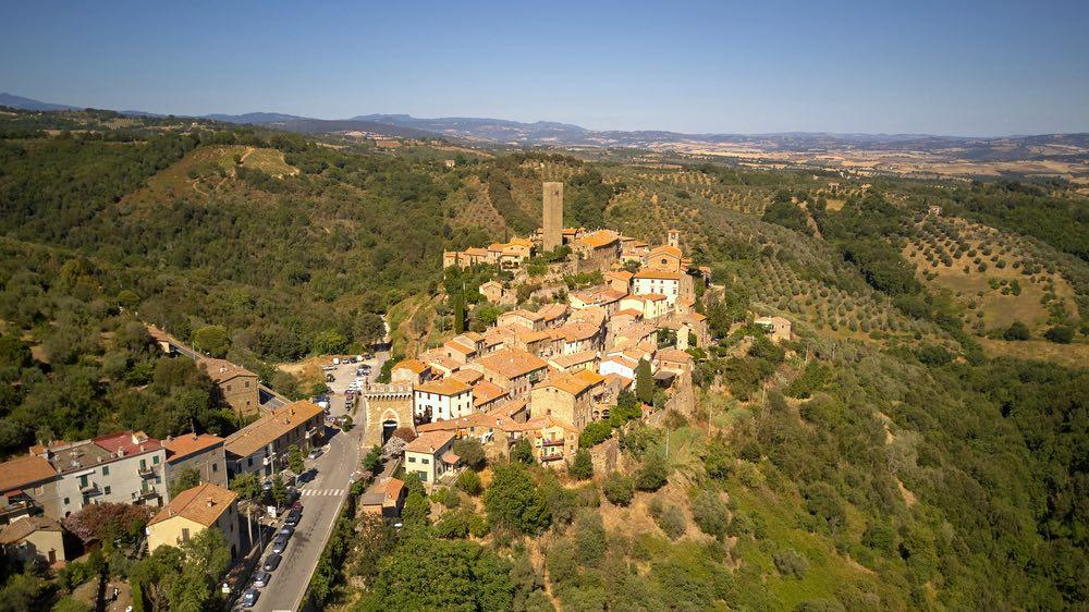 Veduta aerea del Castello di Casenevole nel comune di Civitella Paganico in Maremma