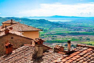 Il Lago Trasimeno e la Valdichiana visti dai tetti di Cortona