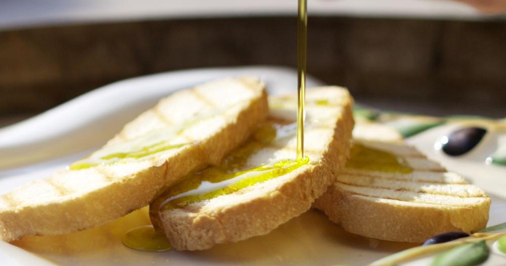 La tipica fettunta toscana: fette di pane condite con olio EVO nuovo