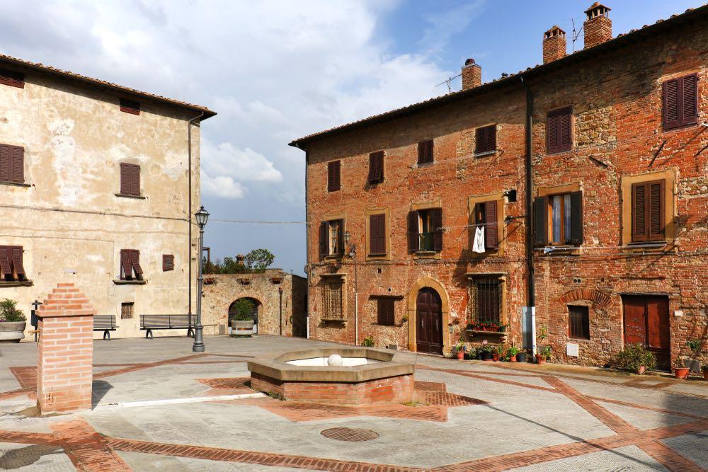 Piazza principale di Gambassi, sede delle uniche terme in provincia di Firenze