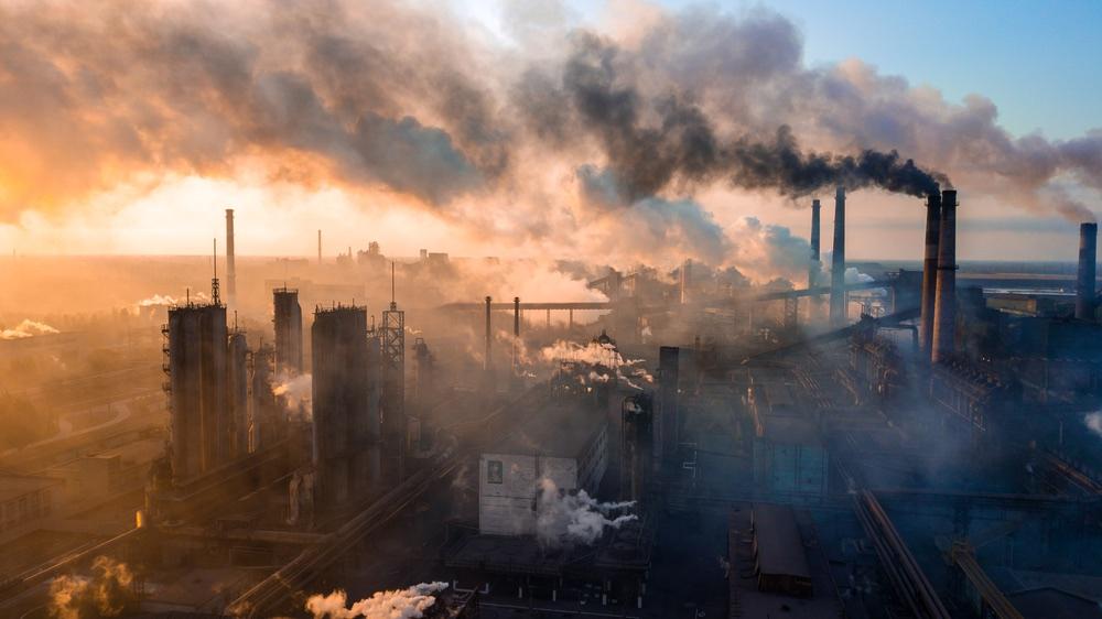Inquinamento dato dai fumi di ciminiere di industria metallurgica
