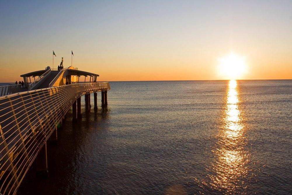 Il pontile di Lido di Camaiore al tramonto sulla costa settentrionale toscana