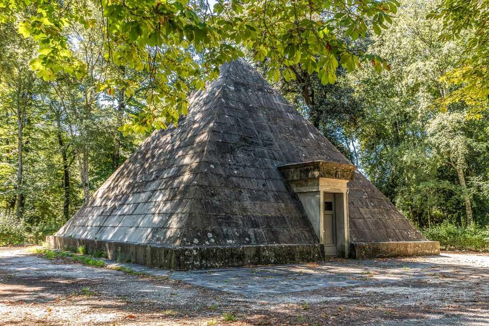 La Piramide delle Cascine è una ghiacciaia costruita nel 1796 da Giuseppe Manetti