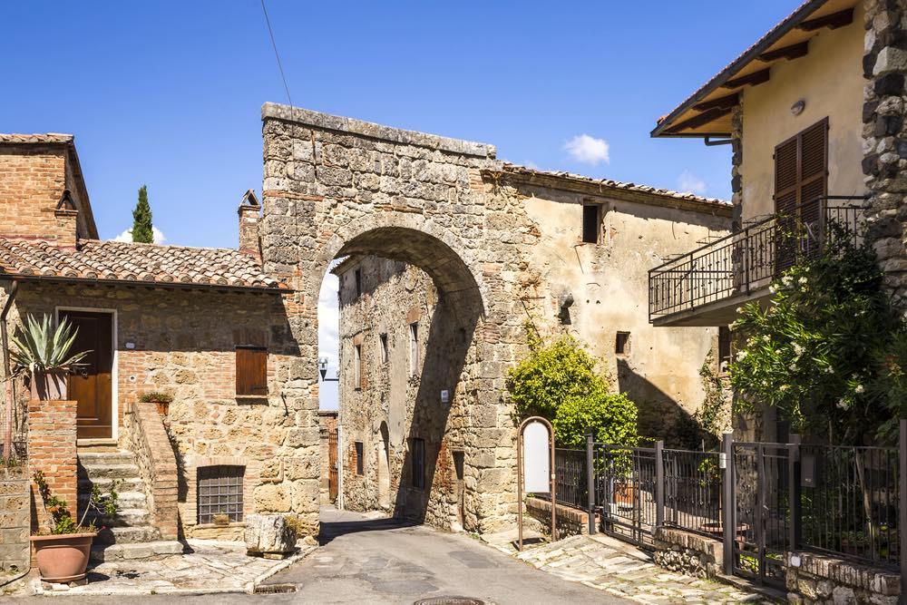 Porta medievale nel borgo di Chiusi nella Valdichiana senese