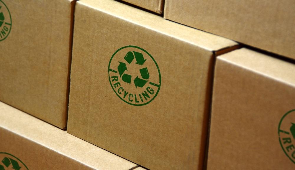 """Scatole con il marchio """"ricycling"""" stampato in verde"""