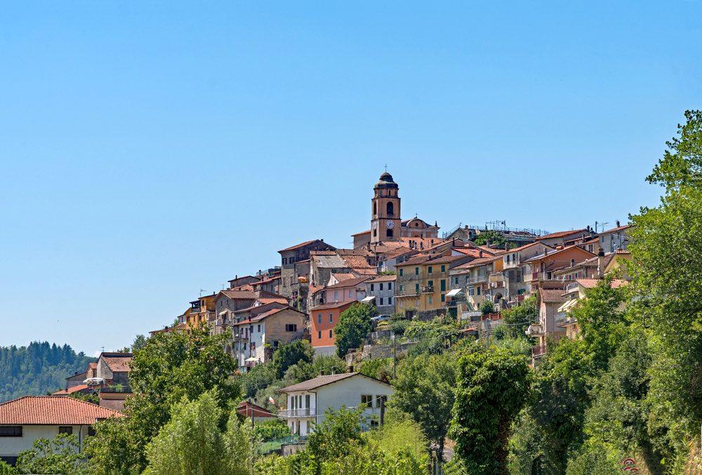 Il borgo di Santa Chiara e il suo campanile vicino a Fivizzano
