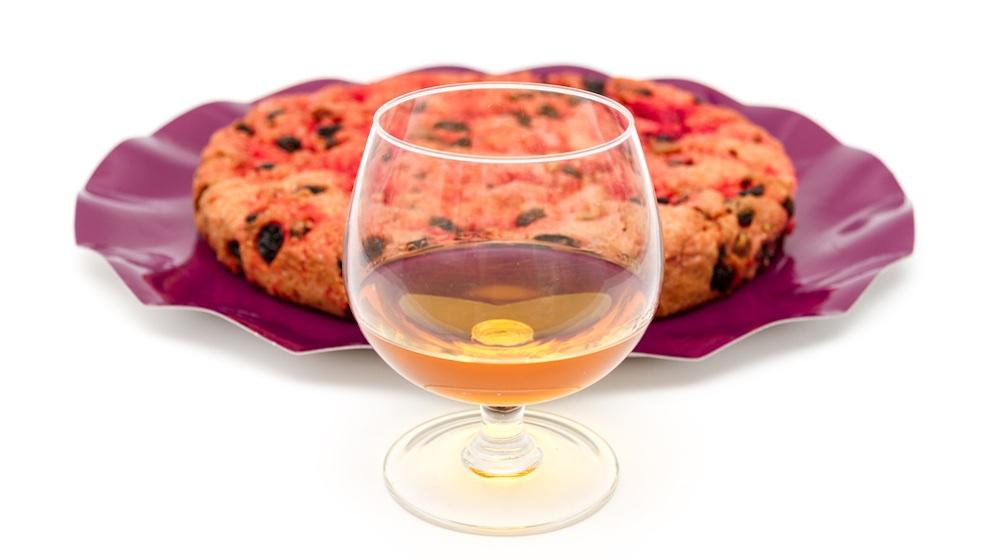 Schiaccia Briaca con bicchiere di vino dolce toscano