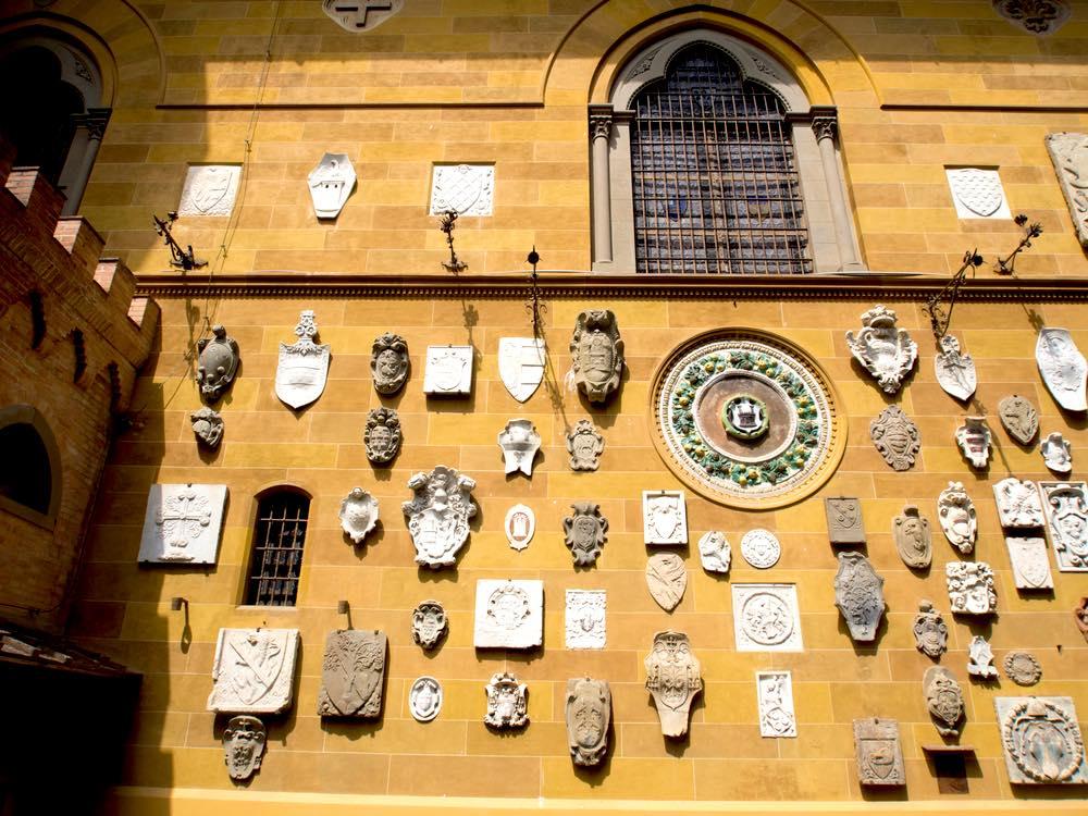 Stemmi sulla facciata di Villa Stibbert, sede dell'omonimo museo fiorentino
