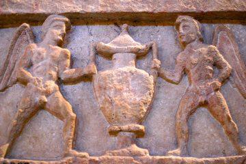 Bassorilievo funerario trovato in una necropoli etrusca in Toscana
