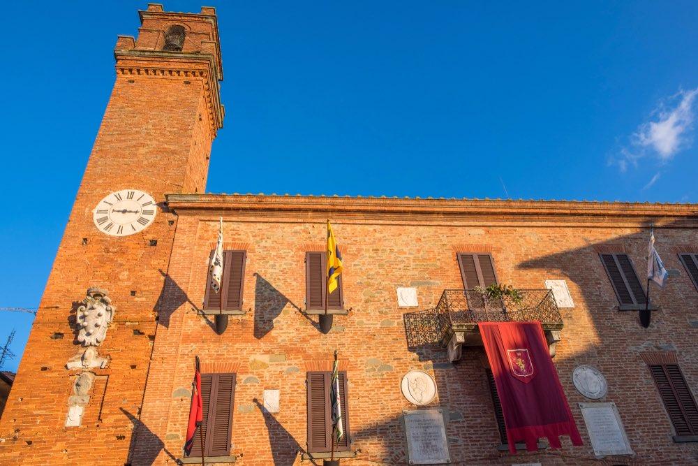Il Palazzo del Comune di Torrita di Siena, borgo nella Valdichiana senese