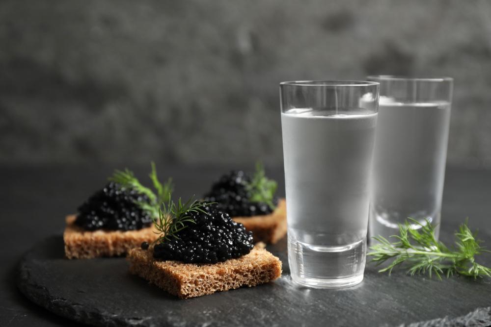 Due bicchieri di vodka con tartine al caviale