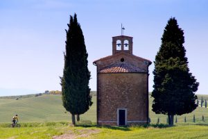 Viaggio in bici in Toscana accanto alla Cappella della Madonna di Vitaleta
