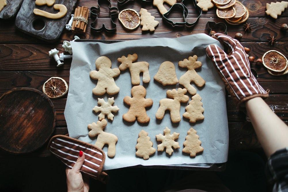 Biscotti di Natale di varia forma in una teglia