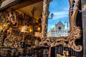 La Basilica di Santa Maria Novella riflessa in uno specchio in una bottega storica di Firenze