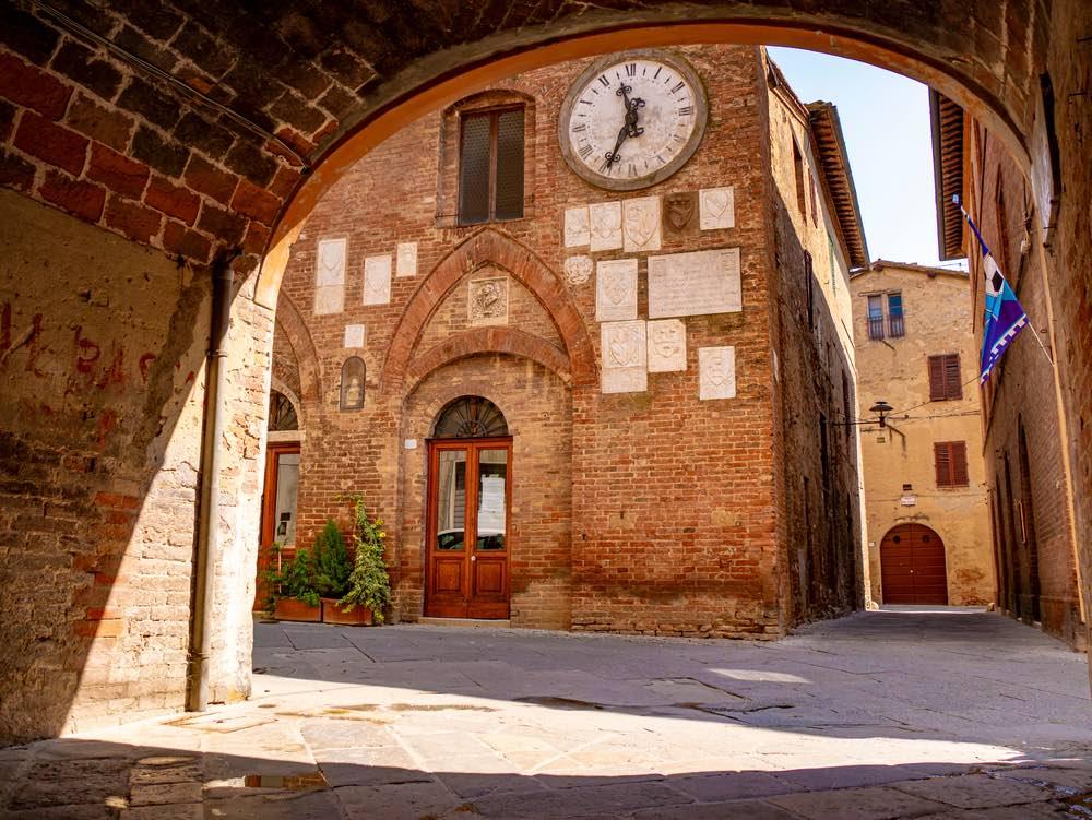 Strada di Buonconvento, borgo toscano in Val d'Arbia, provincia di Siena