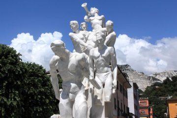 Monumento in marmo bianco ai cavatori caduti a Carrara