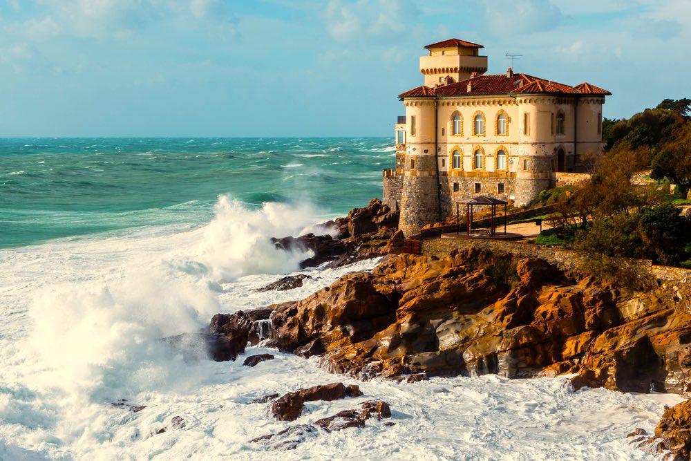 Il Castello del Boccale sulla costa livornese durante una mareggiata
