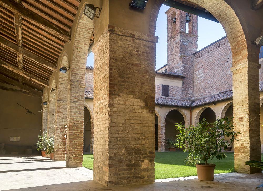 Il chiostro della chiesa di San Francesca a Chiusi, borgo della Toscana