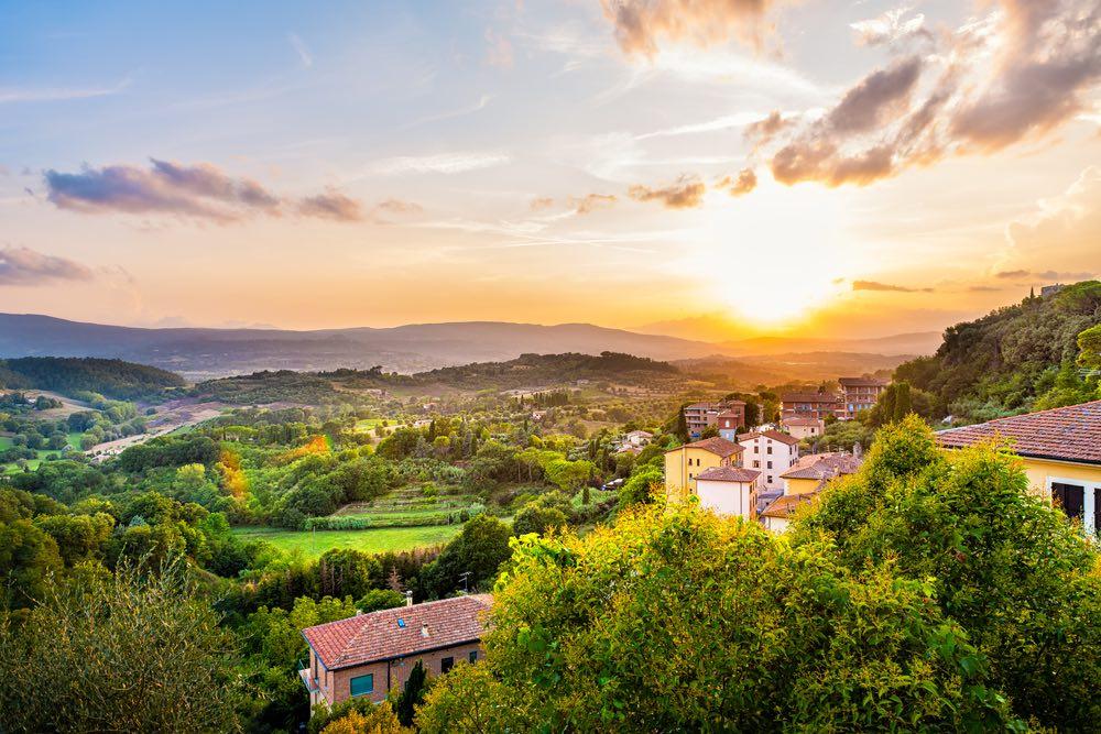 La valle ai piedi del borgo toscano di Chiusi e la moderna cittadina di Chiusi Scalo al tramonto