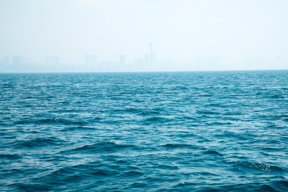 Caligo su una città costiera ripresa dal mare