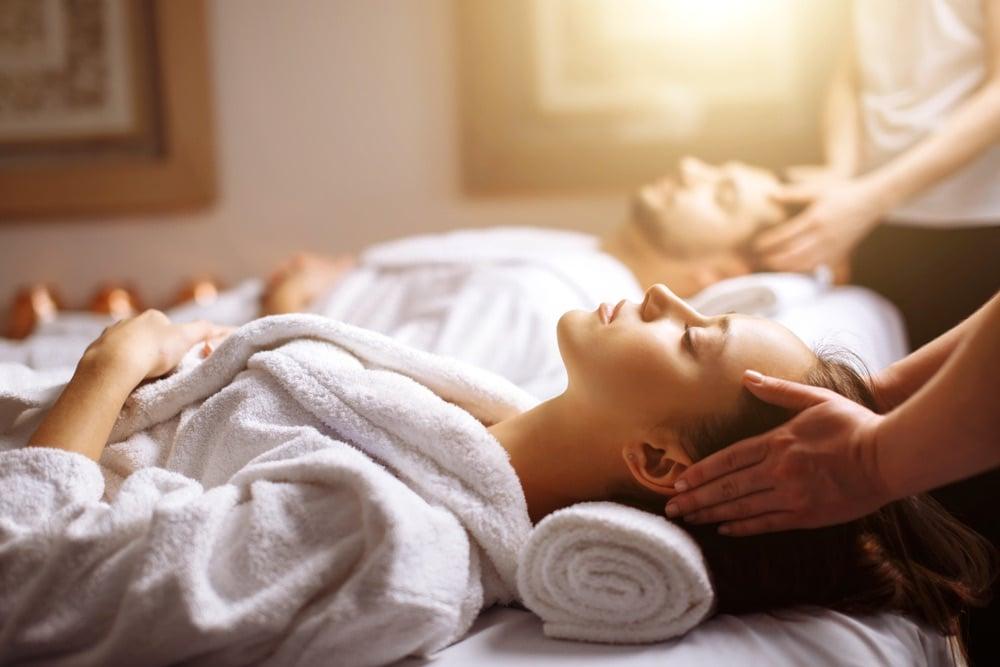 Giovane coppia durante un massaggio in un centro termale
