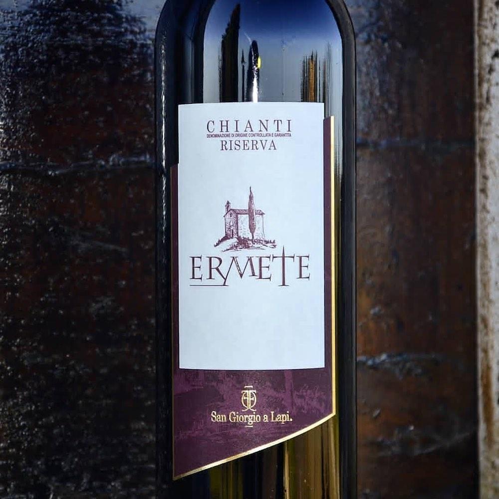 Bottiglia di Ermete, blend di teroldego e sangiovese, prodotta dalla cantina San Giorgio a Lapi a 6 km da Siena