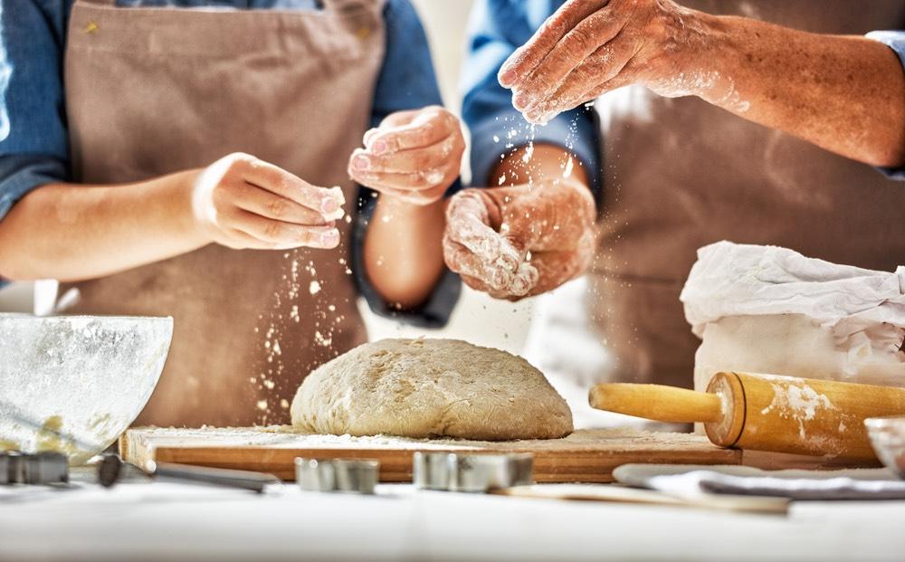 Una coppia prepara insieme una torta