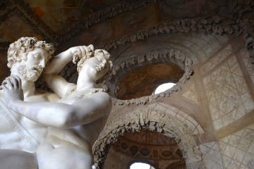 Statua nella Grotta del Buontalenti nel giardino di Boboli a Firenze