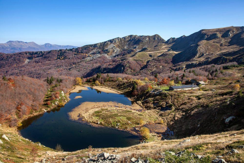 Vista del Lago Nero e del rifugio montano sull'Appennino Pistoiese in Toscana