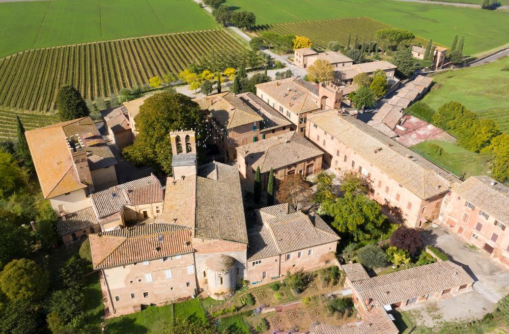 Il borgo di Lucignano d'Arbia in provincia di Siena visto dal drone