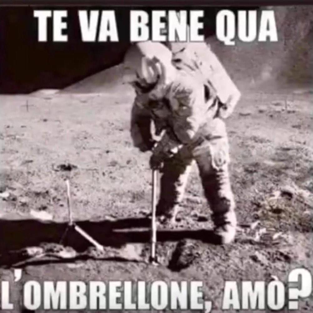 Meme dell'astronauta sulla Luna che pianta l'ombrellona