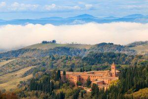 Monte Oliveto Maggiore è una bellissima abbazia alle porte di Ponte d'Arbia in Toscana