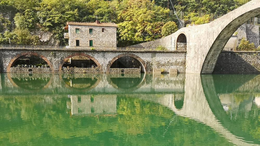 Il Ponte del Diavolo e la vecchia stazione ferroviaria a Borgo a Mozzano
