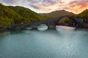 Il Ponte del Diavolo o della Maddalena di Borgo a Mozzano al tramonto