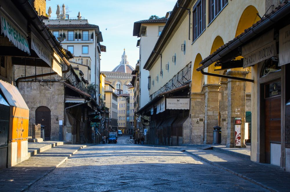 Botteghe chiuse al mattino su Ponte Vecchio con vista sulla Cupola del Brunelleschi