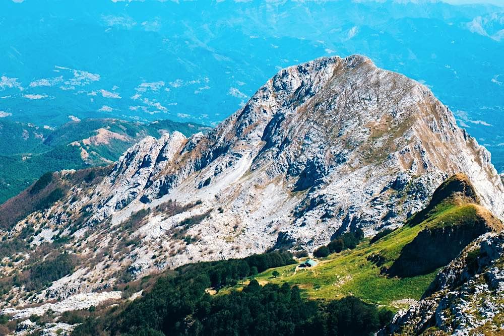 Il Rifugio Rossi in Garfagnana e vista sulle Alpi Apuane