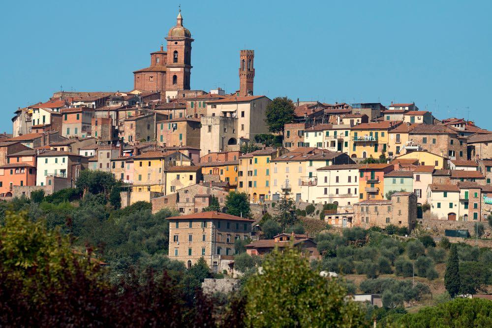 Il Palazzo Pretorio, la Cattedrale e la torre campanaria del borgo toscano di Sinalunga