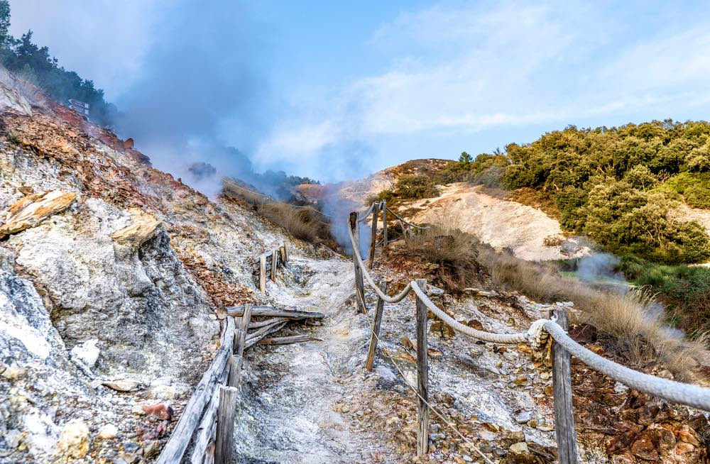 Percorso tra i soffioni boraciferi in Toscana nell'area geotermica di Larderello