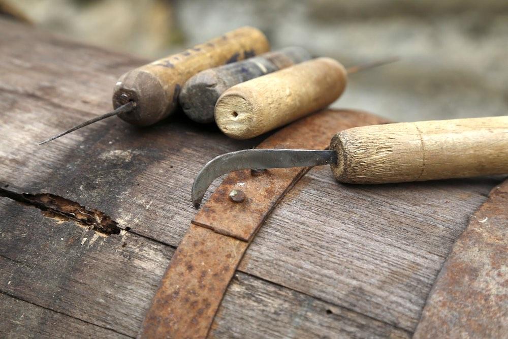 Strumenti utilizzati per la raccolta dei giaggioli in Toscana