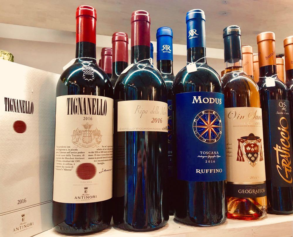 Bottiglie di Tignanello e altri vini in un'enoteca in Toscana